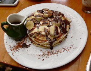 pancake light alla banana vegan e gluten free abbinati a caffè americano